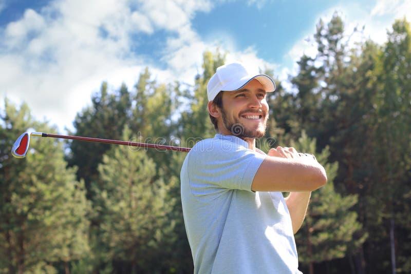 Le golfeur frappe un fairway tir? vers la maison de club photographie stock
