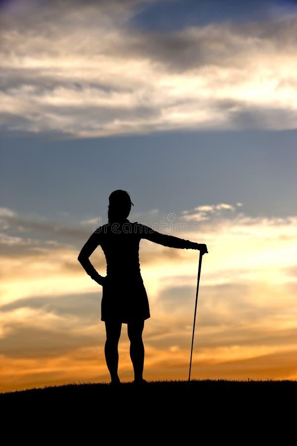 Le golfeur silhouetté apprécie la vue. images stock