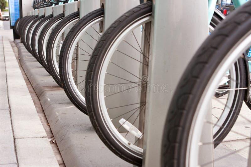 Le gomme della bicicletta sono allineate in una fila uniforme immagine stock