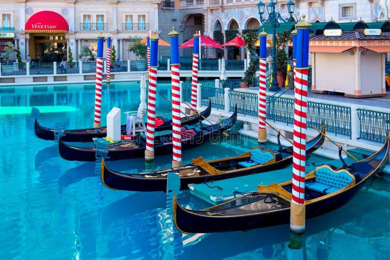 Le gondole e lo stagno nella parte anteriore dell'hotel e del casinò veneziani immagini stock