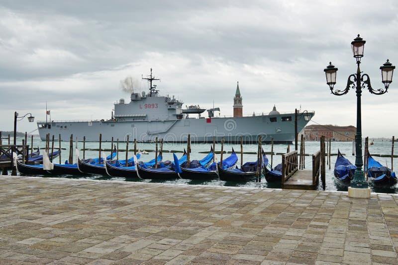 Le gondole ed i militari spediscono a laguna veneziano fotografie stock