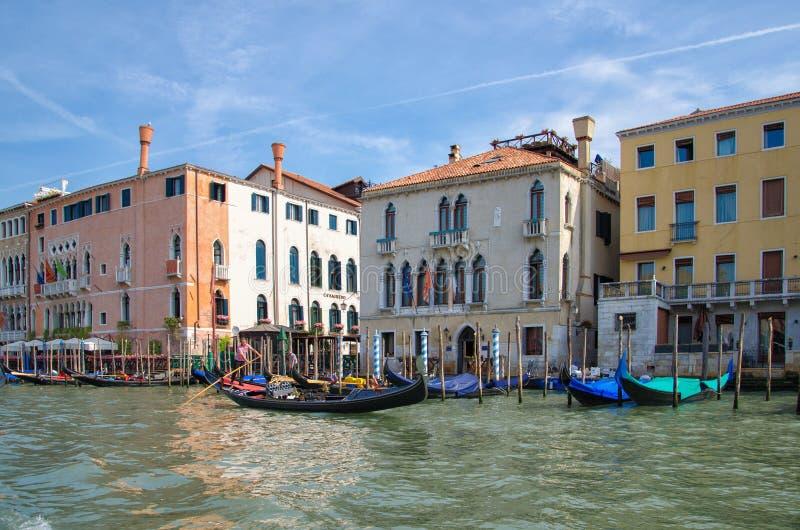 Le gondolier navigue sur Grand Canal, Venise, Italie photographie stock