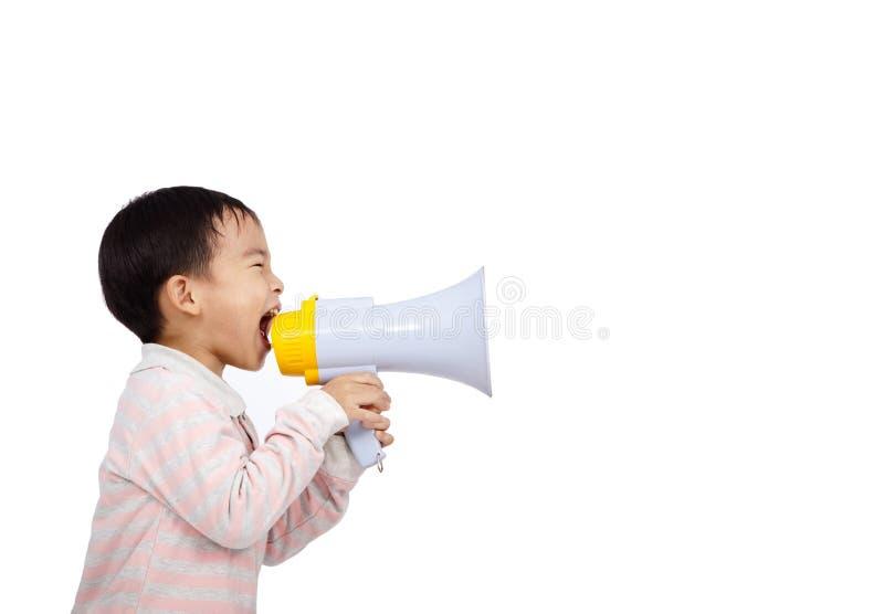 Le gosse asiatique crie quelque chose par le mégaphone photos libres de droits