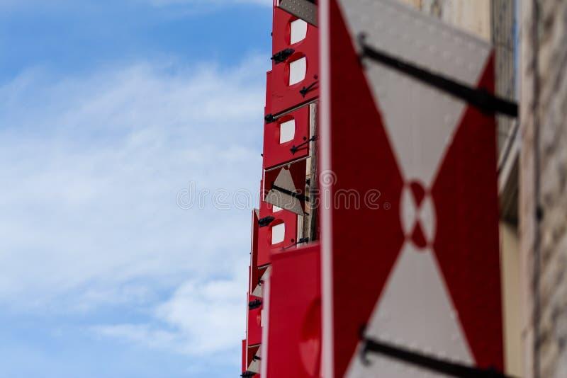Le Gouda, la Hollande-Méridionale/Pays-Bas - 27 octobre 2018 : Volet de fenêtre de l'hôtel de ville antique du Gouda tiré du côté photographie stock libre de droits