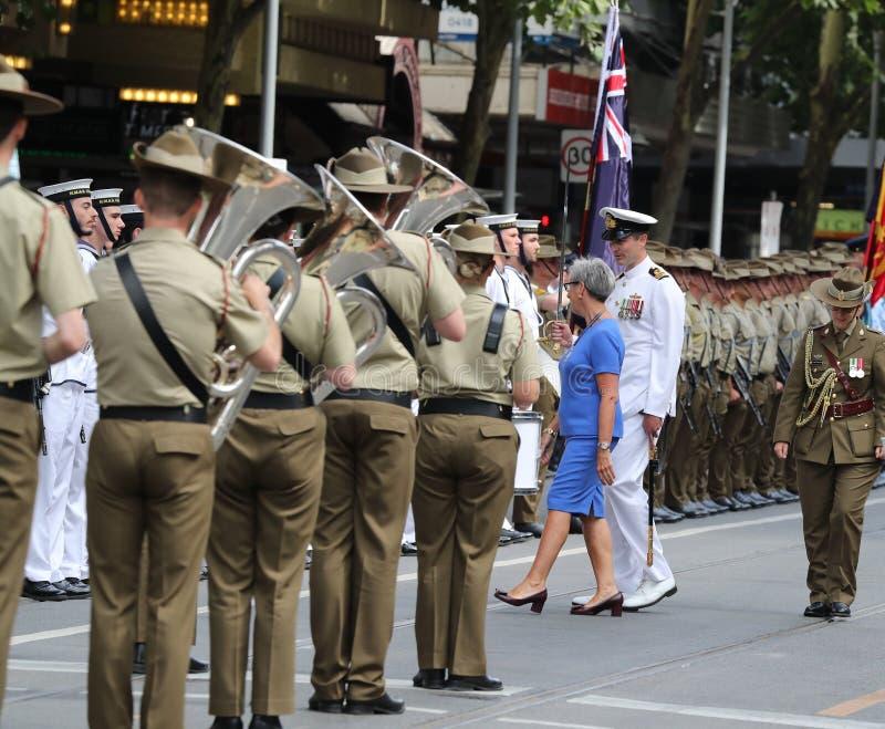 Le gouverneur de Victoria le ch?ri C.A. de Linda Dessau inspectant la garde militaire pendant le d?fil? 2019 de jour de l'Austral images libres de droits