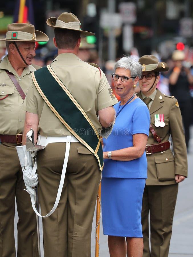 Le gouverneur de Victoria le ch?ri C.A. de Linda Dessau inspectant la garde militaire pendant le d?fil? 2019 de jour de l'Austral image stock