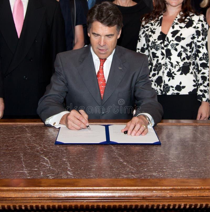 Le Gouverneur Rick Perry, législation de signature du Texas image stock
