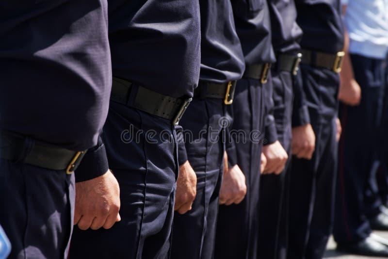 Le grade du peloton des policiers russes sur une rue ou une place de ville Problèmes des rassemblements d'opposition, détentions, photographie stock