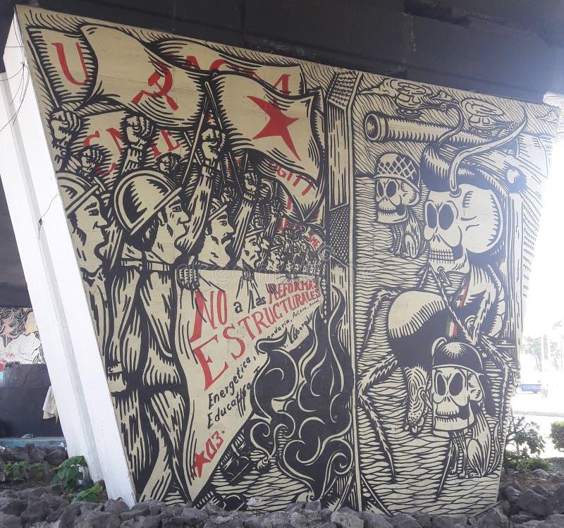 Le graffiti à Mexico sous la route s'est rapporté au président de gauche de partie concernant le combat de libération de l'Amériq image stock