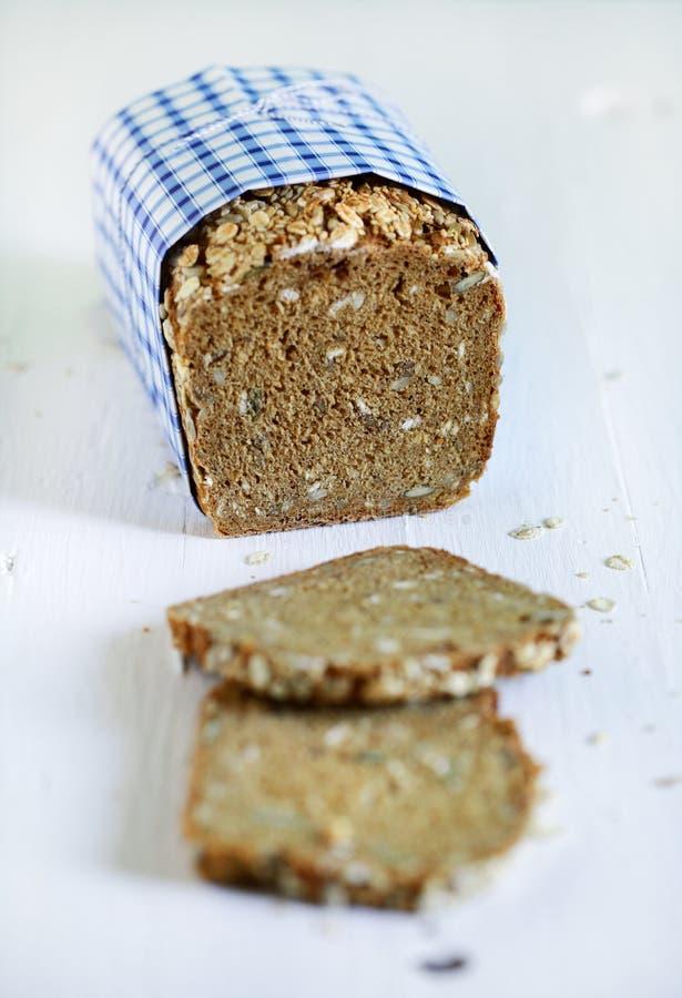 Le grain entier rustique danois de pain de Rye a coupé en tranches le pain avec des graines photographie stock libre de droits