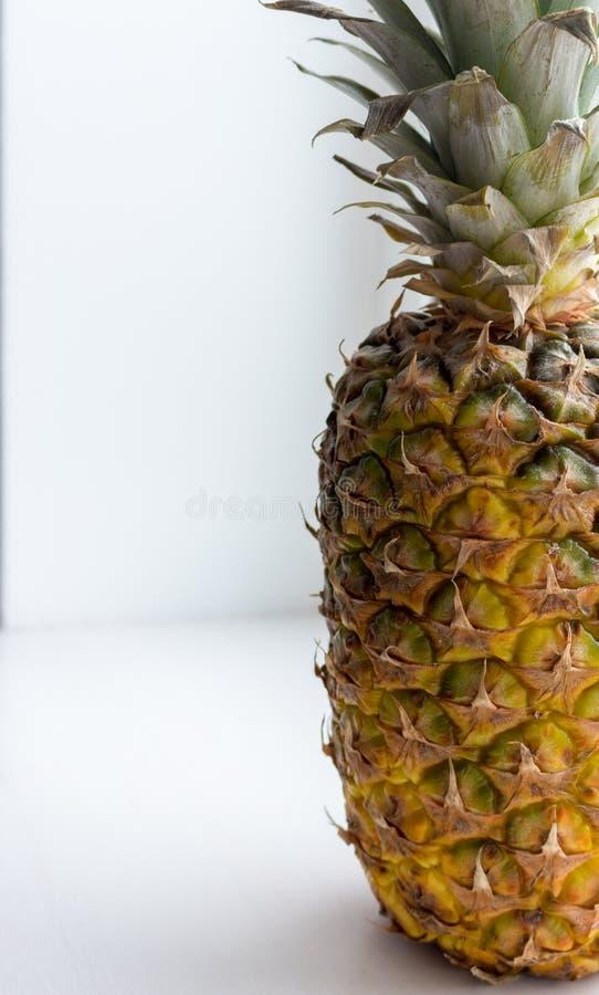 Le grand ananas jaune mûr avec les feuilles vertes se ferment vers le haut du plan rapproché Fruits tropicaux d'été Fruit d'anana image libre de droits