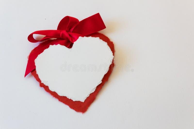 Le grand arc de satin principal deux valentines de papier de coeur photographie stock libre de droits