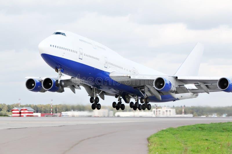 Le grand avion de passager décolle à l'aéroport. photographie stock
