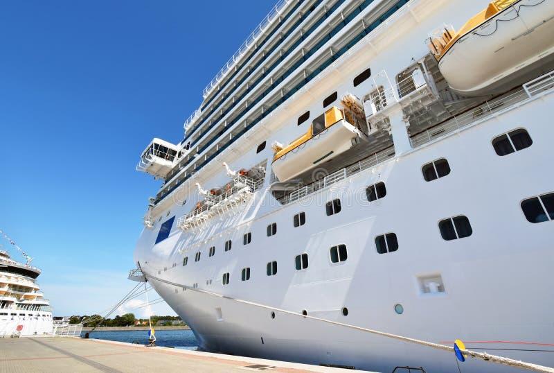 Le grand bateau de croisière a amarré au pilier dans le nde de ¼ de Rostock-Warnemà photos libres de droits