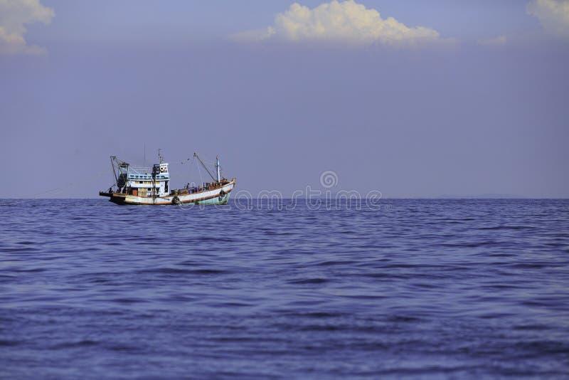 Le grand bateau de pêche en mer de Golfe thaïlandais du ` s image stock