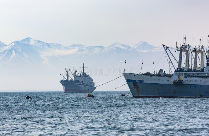 Le grand bateau de p?che sur le fond des collines et des volcans photographie stock libre de droits