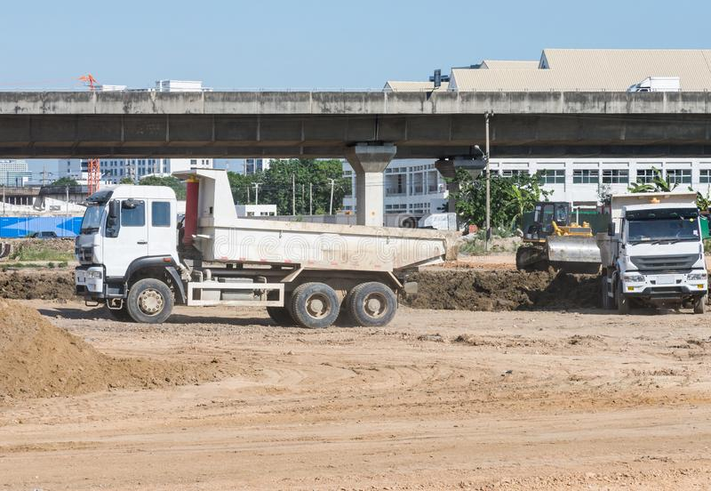 Le grand camion fonctionne dans le chantier de construction images libres de droits