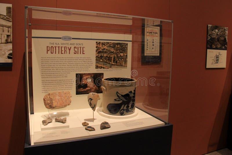 Le grand cas en verre avec l'affichage des articles a trouvé dans le site de poterie, le musée de l'état de New-York, Albany, 201 images stock