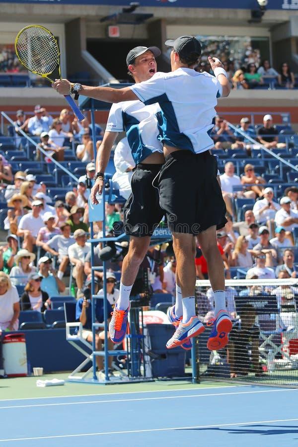 Le Grand Chelem soutient Mike et Bob Bryan célébrant la victoire après des doubles de demi-finale sont assortis à l'US Open 2014 images libres de droits