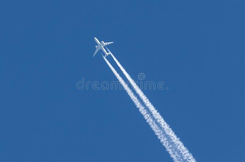 Le grand contrail d'aéroport d'aviation de deux moteurs d'avions blancs opacifie photo stock