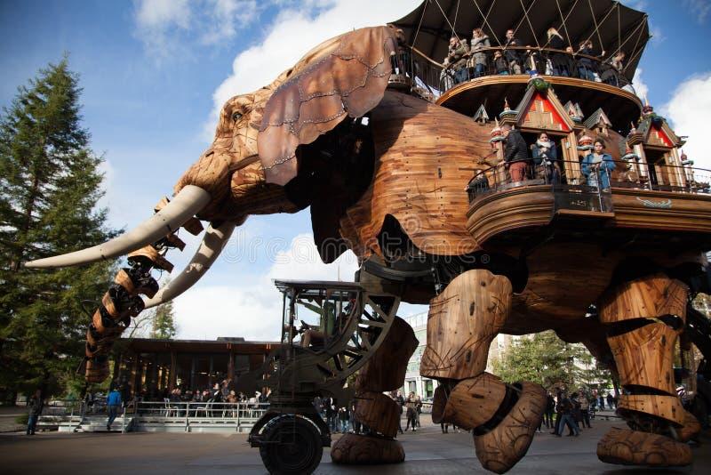 Le Grand Elephant El elefante magnífico Un elefante mecánico gigantesco camina alrededor de los pasajeros que llevan Nantes, Fran foto de archivo