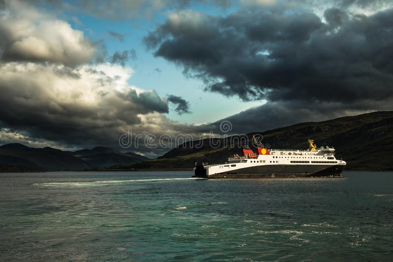 Le grand ferry-boat au balai de loch quitte le port d'Ullapool en Ecosse image stock