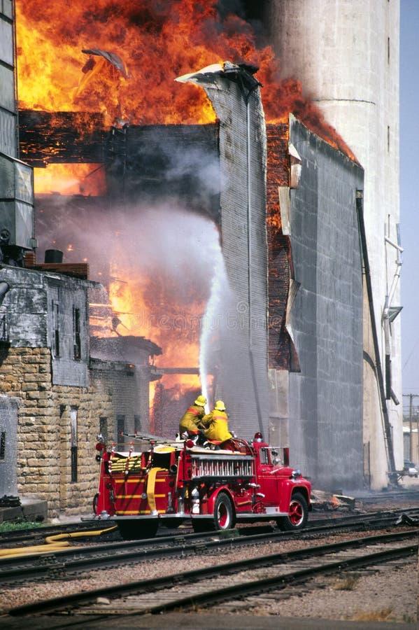 Le grand feu de poubelle de grain de bataille rurale de sapeurs-pompiers photographie stock