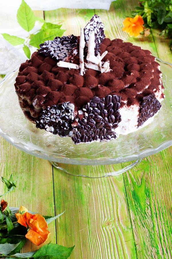 Le grand gâteau de tiramisu de la vie de cacao de crème de pâtisserie embarque toujours ressort de l'atmosphère de tissu de jaune image libre de droits