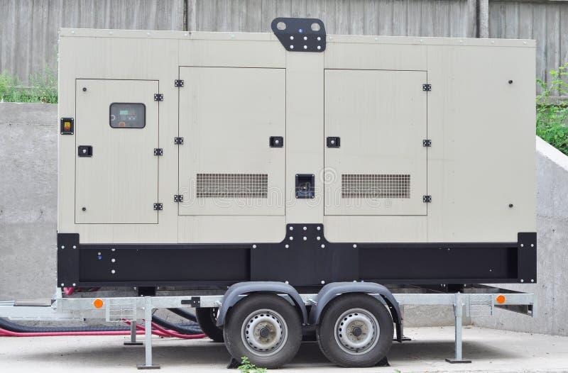 Le grand générateur mobile diesel de secours pour l'immeuble de bureaux s'est relié au Th photo libre de droits