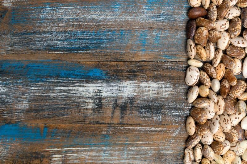 Le grand grain brun clair de haricot, cosse de haricot, beaucoup de haricots donnent au tapotement une consistance rugueuse photo libre de droits