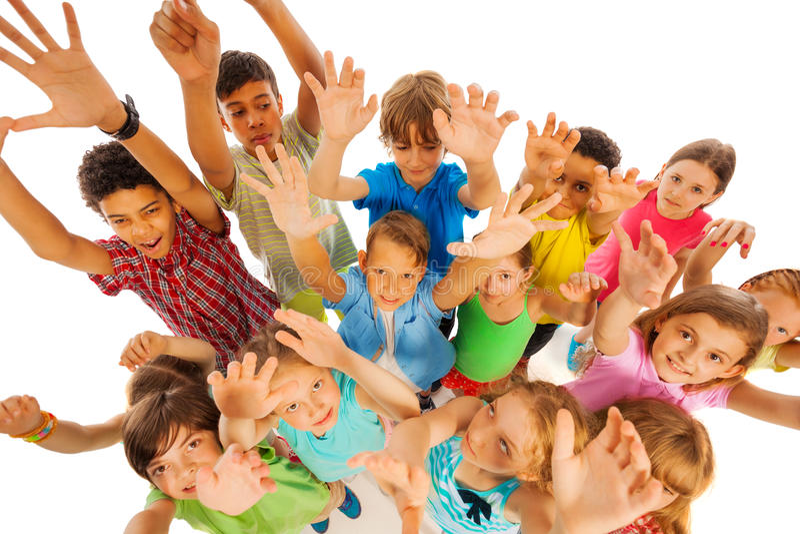 Le grand groupe d'enfants regardent ensemble d'en haut photo libre de droits