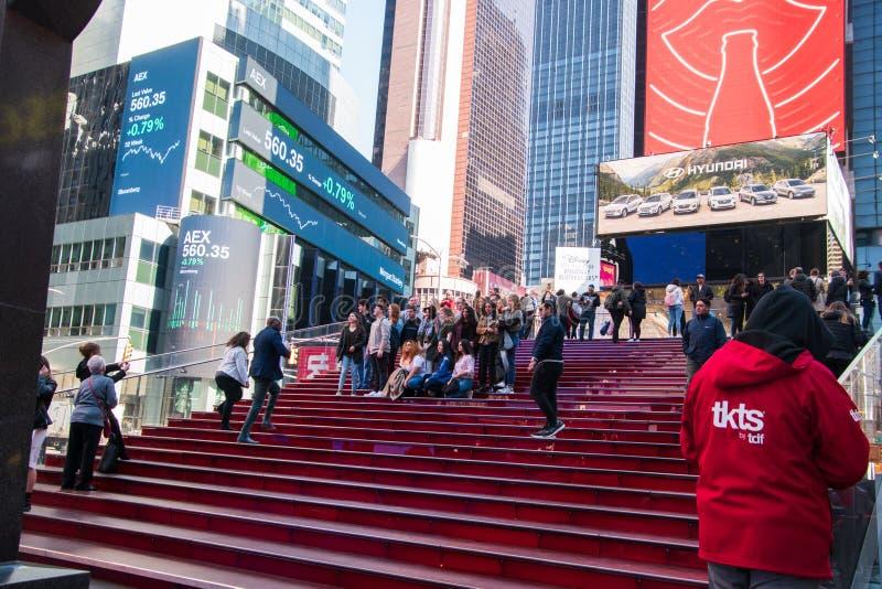 Le grand groupe de jeunes étudiants se réunissent sur les grandins dans le Times Square Manhattan, New York pour prendre une ph photo libre de droits