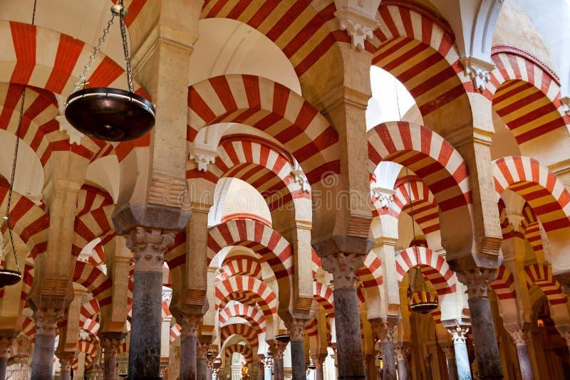 Le grand intérieur célèbre de la Mezquita de mosquée et de cathédrale dans Cordo image stock