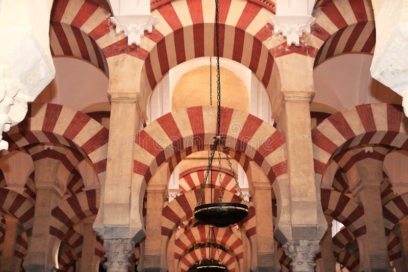 Le grand intérieur célèbre de mosquée ou de Mezquita à Cordoue, Espagne images libres de droits