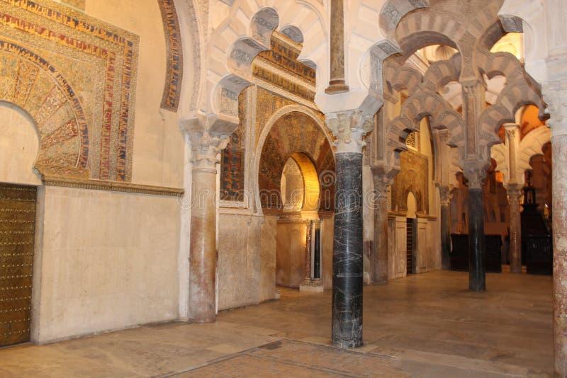 Le grand intérieur célèbre de mosquée ou de Mezquita à Cordoue, Espagne photo stock