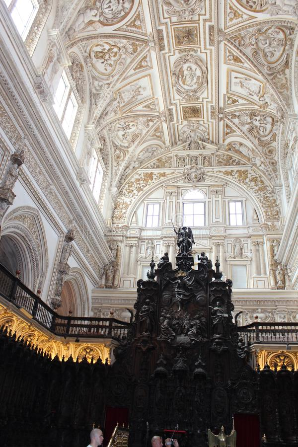 Le grand intérieur célèbre de mosquée ou de Mezquita à Cordoue, Espagne photos stock