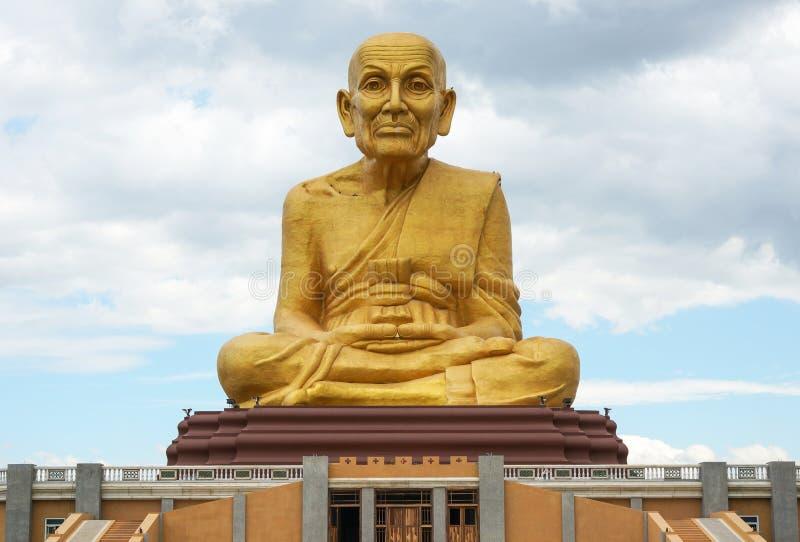 Le grand moine d'or de statue au parc de Puttha Utthayan Maharat Bouddha photographie stock libre de droits