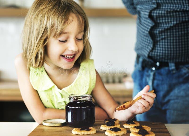 Le grand-père de petite fille font le concept cuire au four de biscuit images stock