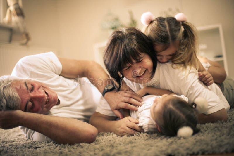 Le grand-papa et la grand-maman ont le jeu avec nous Petites filles photo stock