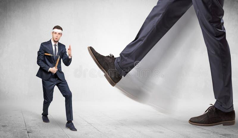 Le grand pied piétinent l'homme adapté de karaté photos stock
