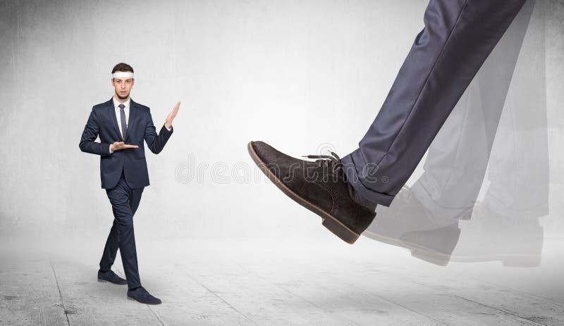 Le grand pied pi?tinent l'homme adapt? de karat? photographie stock libre de droits