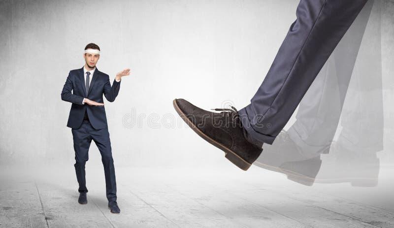 Le grand pied pi?tinent l'homme adapt? de karat? photos libres de droits