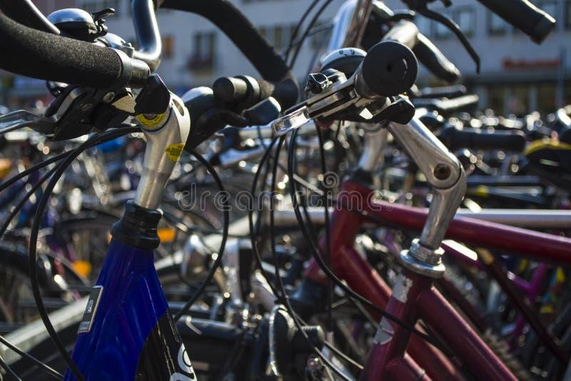Le grand stationnement sur la location des bicyclettes en Allemagne photographie stock libre de droits