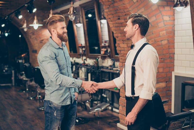 Le grand travail ! Client satisfaisant heureux dans un salon de coiffure Barbu rouge image stock