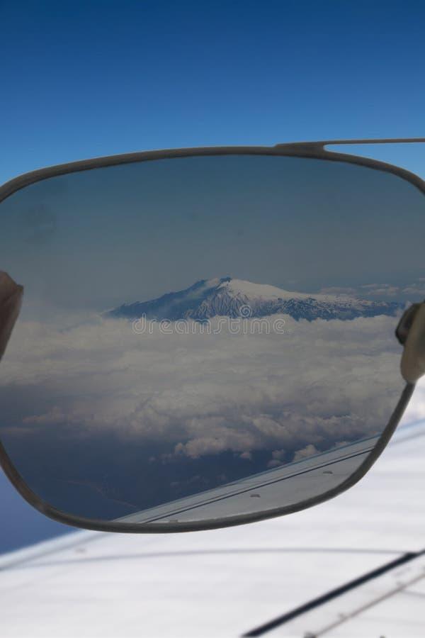 Le grand volcan l'Etna par des lunettes de soleil images libres de droits