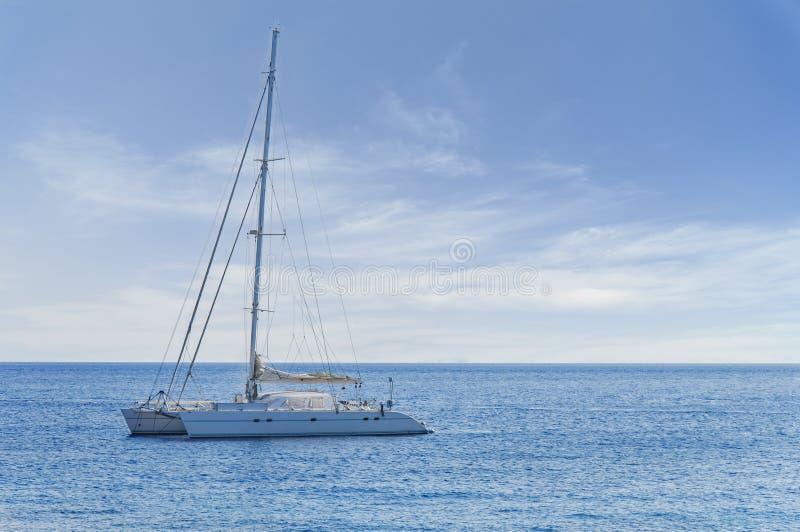 Le grand yach de luxe blanc s'est accouplé en mer mais prépare pour voyager n'importe quand photos stock