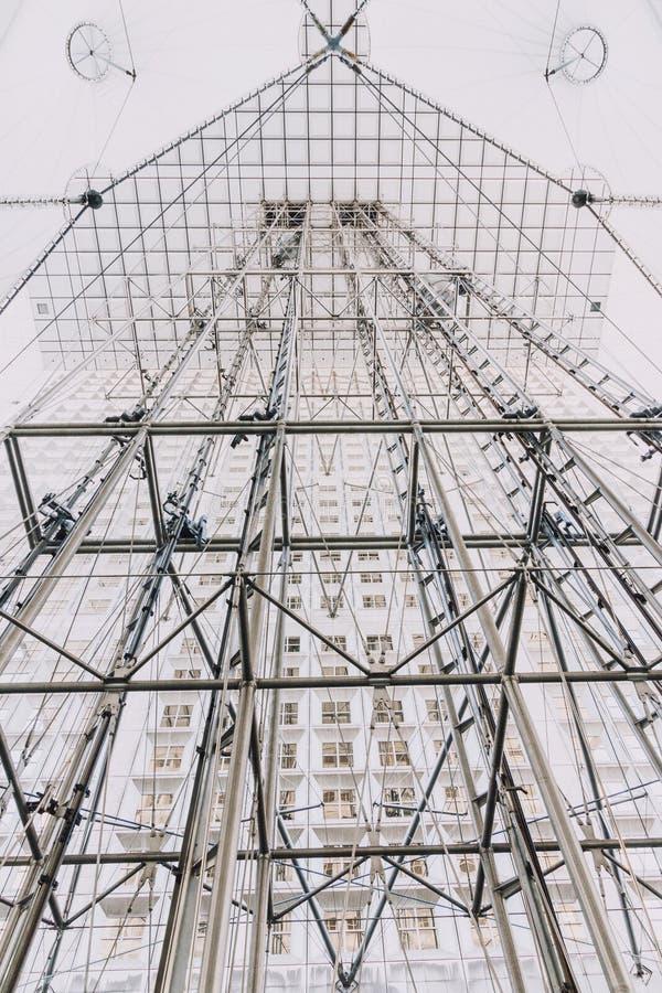 Le Grande Arche au district des affaires de la défense de La de Paris photo stock