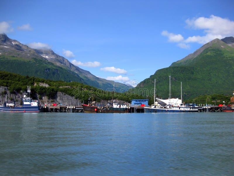 Le grandi barche si mettono in bacino a porto di Valdez immagini stock