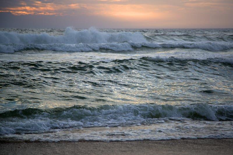 Le grandi onde battono la riva sul tramonto immagine stock libera da diritti