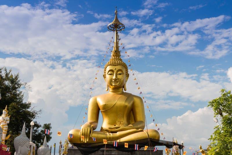 Le grandi statue di Buddha concentrano la vista della fonte sulle nuvole e sul cielo fotografia stock